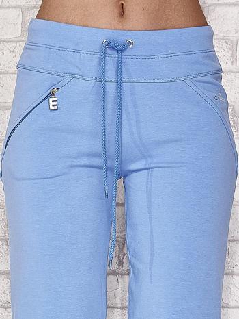 Jasnoniebieskie spodnie dresowe capri z kieszonką                                  zdj.                                  4