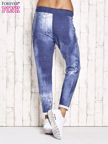 Jasnoniebieskie spodnie dresowe z koronkowym wykończeniem                                  zdj.                                  3
