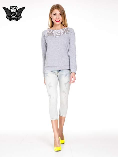 Jasnoniebieskie spodnie jeansowe 3/4 z przetarciami                                  zdj.                                  4
