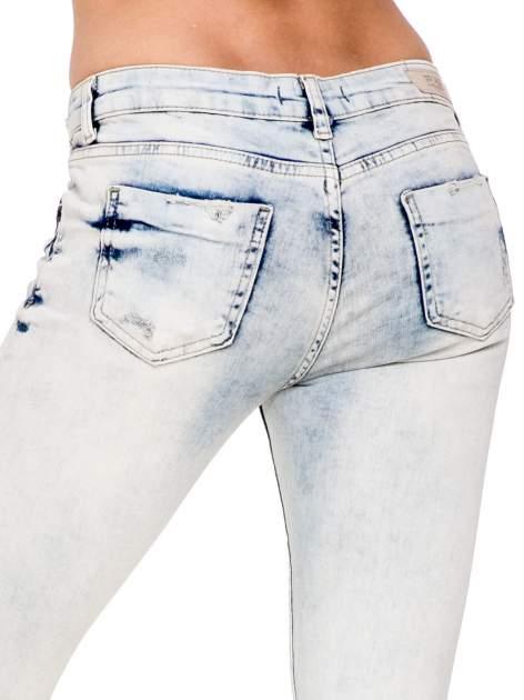 Jasnoniebieskie spodnie jeansowe 3/4 z przetarciami                                  zdj.                                  8