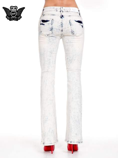 Jasnoniebieskie spodnie jeansowe dzwony z przecieraną i rozjaśnianą nogawką                                  zdj.                                  5