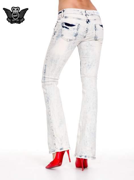 Jasnoniebieskie spodnie jeansowe dzwony z przecieraną i rozjaśnianą nogawką                                  zdj.                                  2