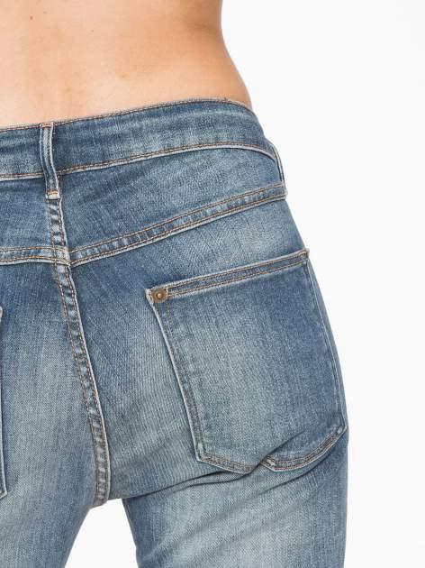 Jasnoniebieskie spodnie jeansowe rurki z cieniowaniem                                  zdj.                                  7