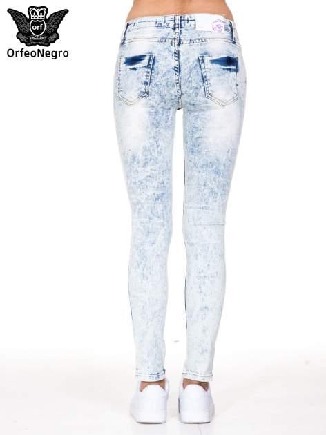 Jasnoniebieskie spodnie jeansowe rurki z dziurami na kolanach                                  zdj.                                  5