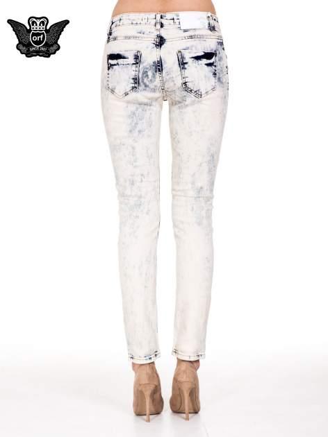Jasnoniebieskie spodnie jeansowe rurki z rozdarciami                                  zdj.                                  5