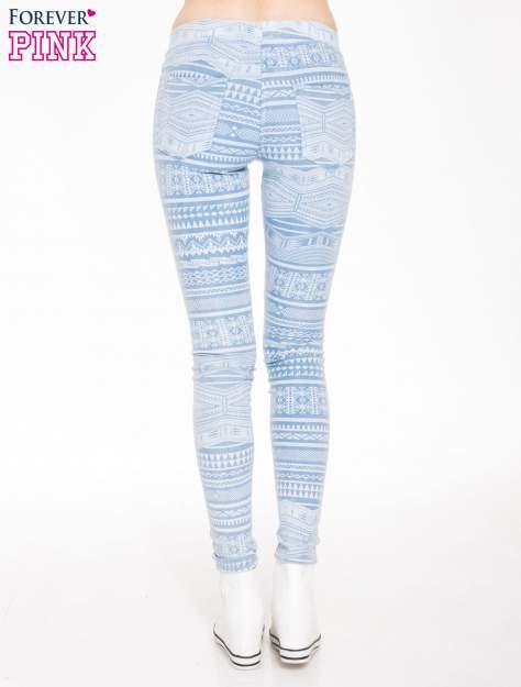 Jasnoniebieskie spodnie jeansowe typu jegginsy w azteckie wzory                              zdj.                              2