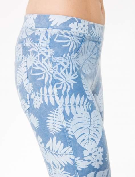 Jasnoniebieskie spodnie jeansowe typu jegginsy w kwiaty                                  zdj.                                  6