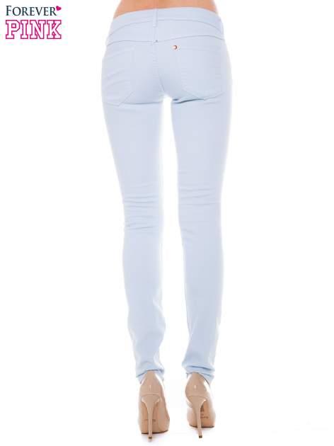 Jasnoniebieskie spodnie jeansowe typu rurki                                  zdj.                                  3