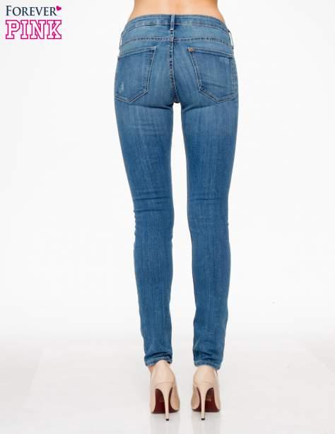 Jasnoniebieskie spodnie jeansowe z przetarciami                                  zdj.                                  4