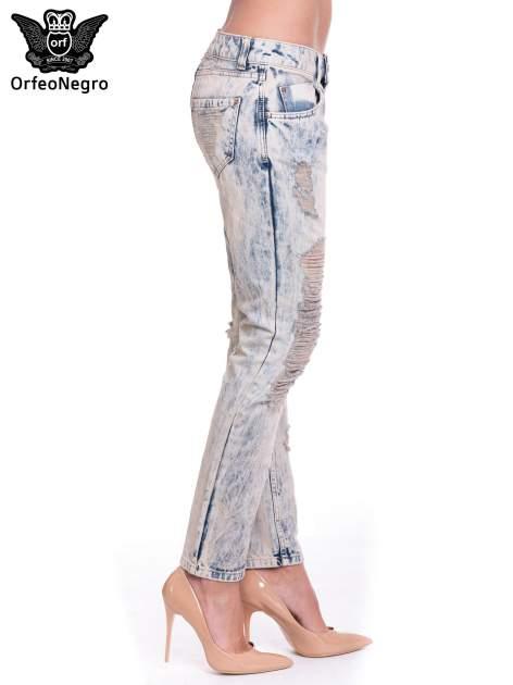 Jasnoniebieskie spodnie jeansowe z przetarciami na nogawkach                                  zdj.                                  3