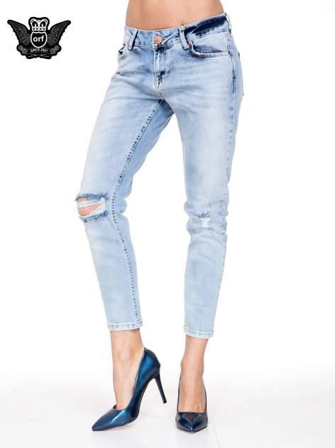Jasnoniebieskie spodnie jeasnowe o prostej nogawce z rocięciem na kolanie                                  zdj.                                  1