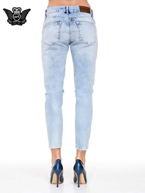 Jasnoniebieskie spodnie jeasnowe o prostej nogawce z rocięciem na kolanie                                  zdj.                                  5