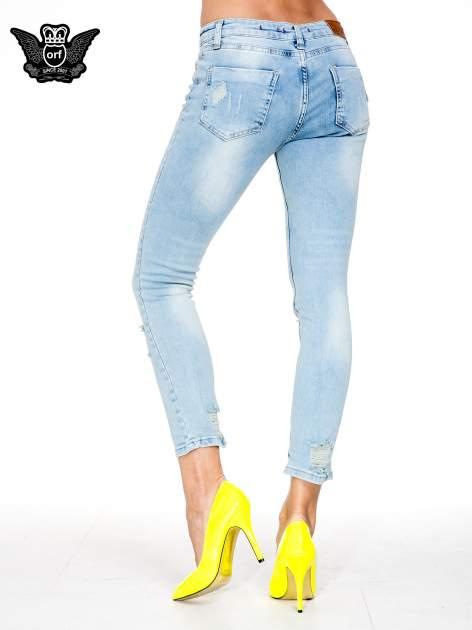 Jasnoniebieskie spodnie skinny jeans z rozdarciami na kolanie                                  zdj.                                  4
