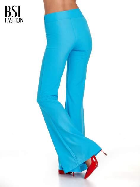 Jasnoniebieskie spodnie typu dzwony                                  zdj.                                  2