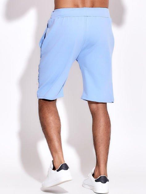 Jasnoniebieskie szorty męskie dresowe z kieszeniami i wypukłym napisem                              zdj.                              3
