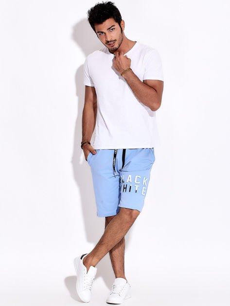 Jasnoniebieskie szorty męskie dresowe z kieszeniami i wypukłym napisem                              zdj.                              4