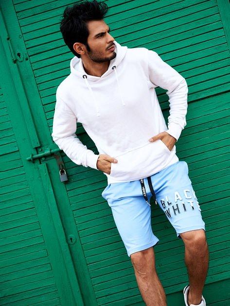 Jasnoniebieskie szorty męskie dresowe z kieszeniami i wypukłym napisem                              zdj.                              2