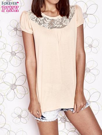 Jasnopomarańczowy t-shirt z ażurowym motywem                                  zdj.                                  1