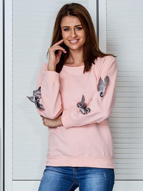 Jasnoróżowa bluza z kokardami na rękawach                                  zdj.                                  1