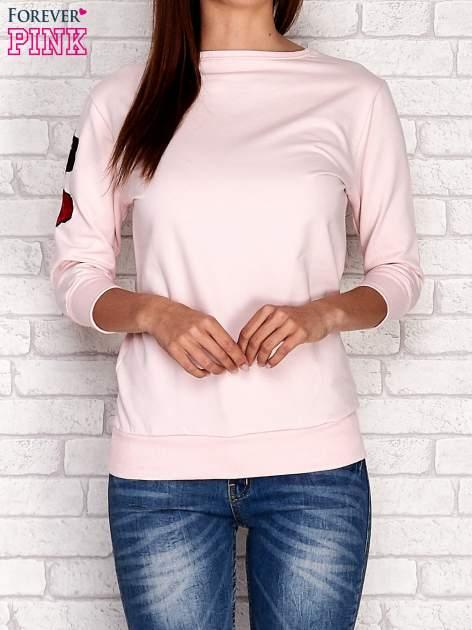 Jasnoróżowa bluza z naszywkami na rękawie                                  zdj.                                  1