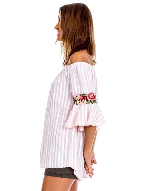 Jasnoróżowa bluzka hiszpanka w paski z kwiatowymi wstawkami                              zdj.                              3