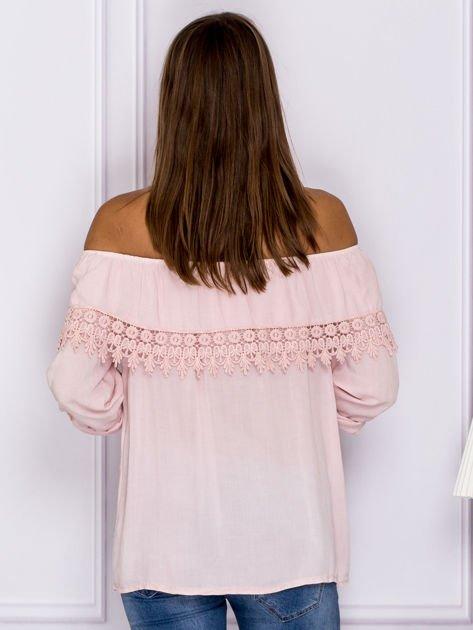 Jasnoróżowa bluzka hiszpanka z koronkową lamówką                                  zdj.                                  2