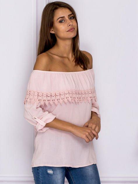 Jasnoróżowa bluzka hiszpanka z koronkową lamówką                                  zdj.                                  3