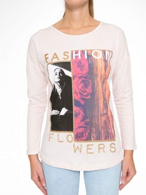 Jasnoróżowa bluzka z brokatowym napisem FASHION FLOWERS                                  zdj.                                  8
