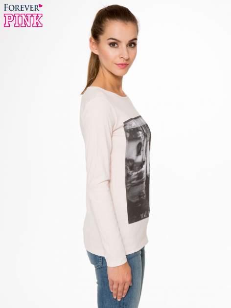 Jasnoróżowa bluzka z fotografią dziewczyny                                  zdj.                                  3