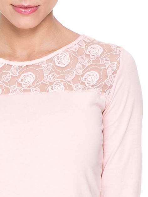 Jasnoróżowa bluzka z karczkiem z koronki w róże                                  zdj.                                  5