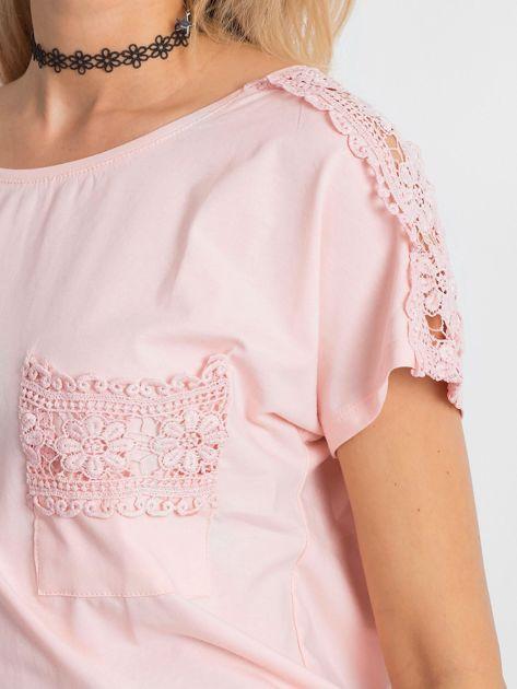 Jasnoróżowa bluzka z koronkową kieszonką                              zdj.                              5