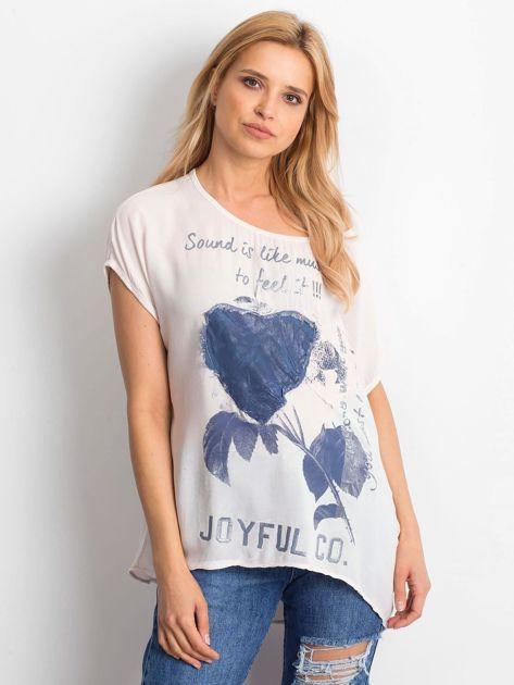 Jasnoróżowa bluzka z motywem kwiatowym i napisem                              zdj.                              1