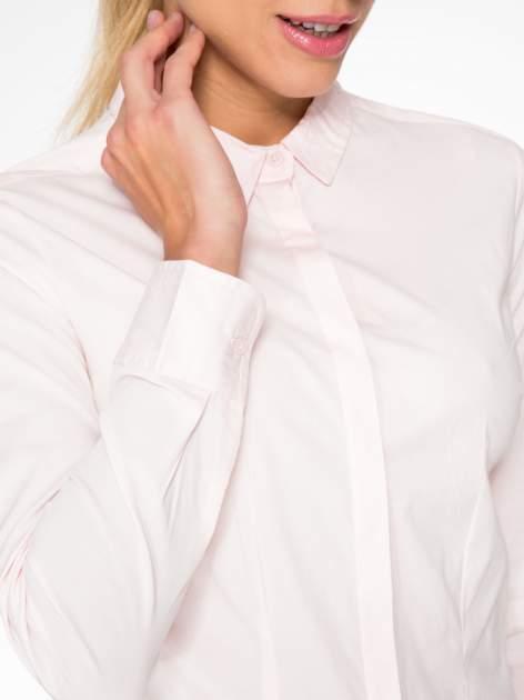 Jasnoróżowa elegancka koszula damska z krytą listwą                                  zdj.                                  6