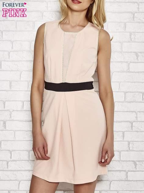 Jasnoróżowa fakturowana sukienka z podreśloną talią                                  zdj.                                  1