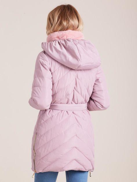 Jasnoróżowa pikowana kurtka zimowa z futerkiem                              zdj.                              2
