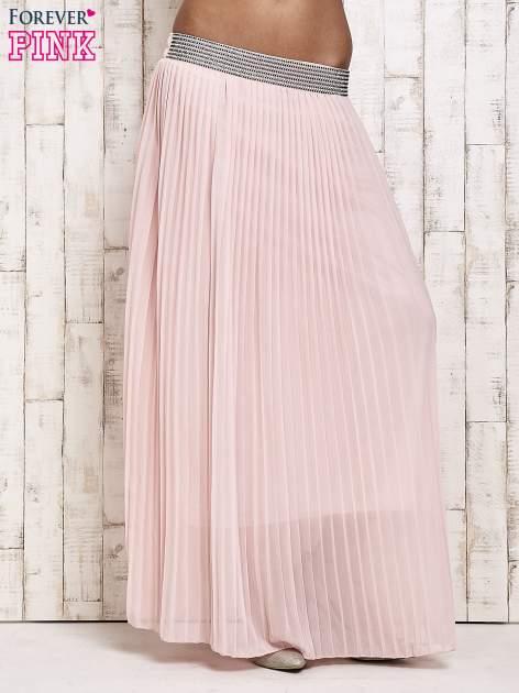 Jasnoróżowa spódnica maxi plisowana z dżetami w pasie