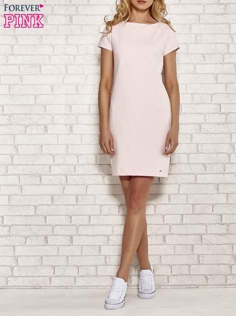 Jasnoróżowa sukienka dresowa o prostym kroju                                  zdj.                                  2