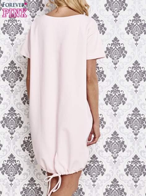 Jasnoróżowa sukienka dresowa ze ściągaczem na dole                                  zdj.                                  4