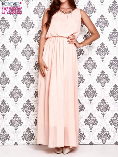 Jasnoróżowa sukienka maxi z łańcuchem przy dekolcie