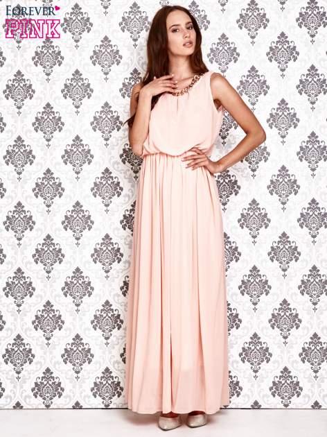 Jasnoróżowa sukienka maxi z łańcuchem przy dekolcie                                  zdj.                                  2