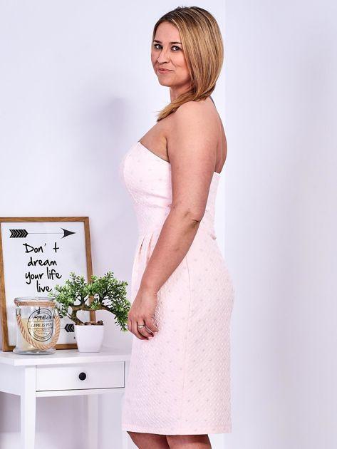 Jasnoróżowa sukienka w drobne wypukłe wzory PLUS SIZE                                  zdj.                                  8