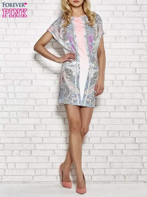 Jasnoróżowa sukienka w roślinne wzory z dekoltem typu woda                                  zdj.                                  2