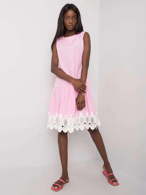 Jasnoróżowa sukienka z koronką Lia