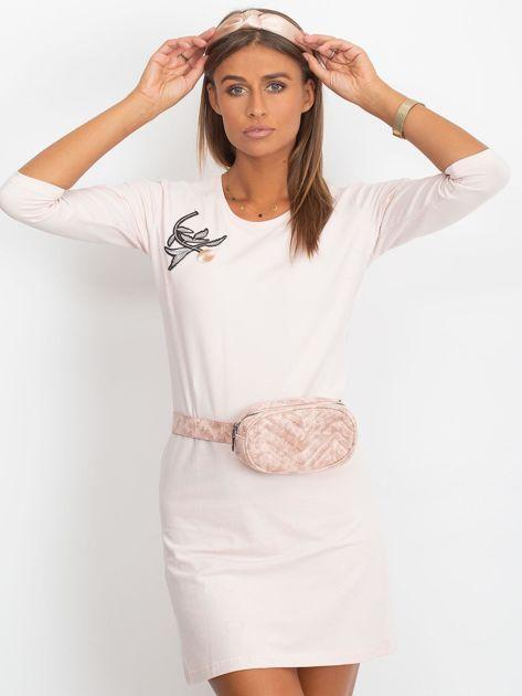Jasnoróżowa sukienka z kwiatową naszywką                              zdj.                              3