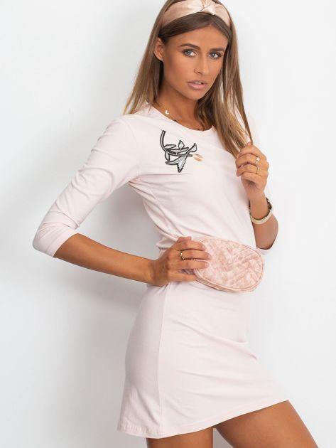 Jasnoróżowa sukienka z kwiatową naszywką                              zdj.                              5