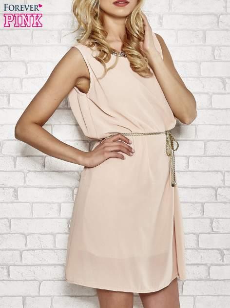 Jasnoróżowa sukienka ze złotym łańcuszkiem przy dekolcie                                  zdj.                                  3