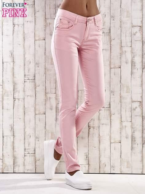 Jasnoróżowe spodnie skinny jeans z dżetami                                  zdj.                                  1