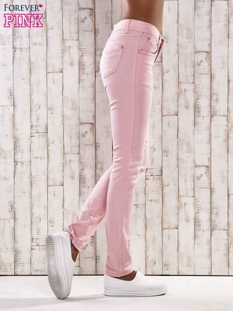Jasnoróżowe spodnie skinny jeans z dżetami                                  zdj.                                  2
