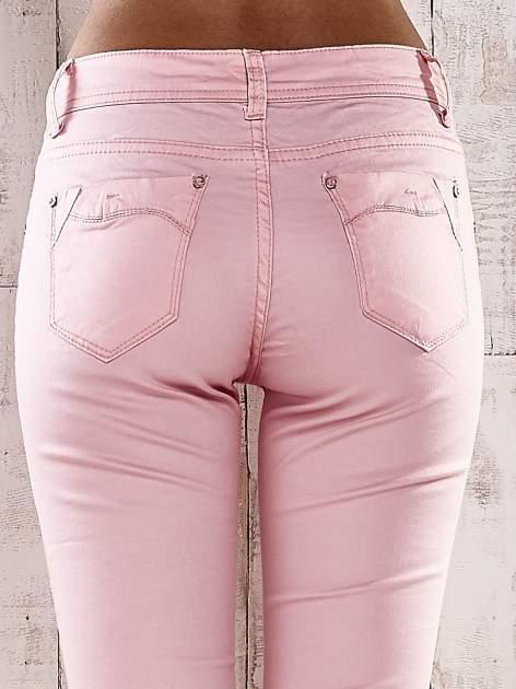 Jasnoróżowe spodnie skinny jeans z ozdobami przy kieszeniach                                  zdj.                                  5