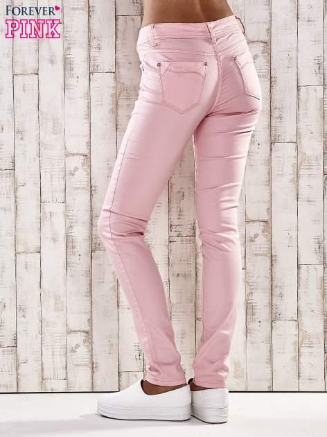 Jasnoróżowe spodnie skinny jeans z ozdobami przy kieszeniach                                  zdj.                                  2